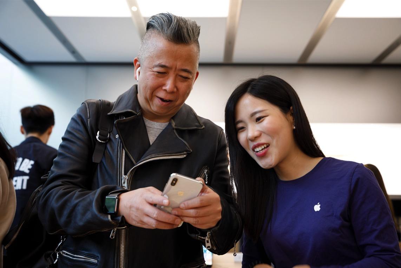 IPhoneX Launch Shanghai customer selfie camera 20171102