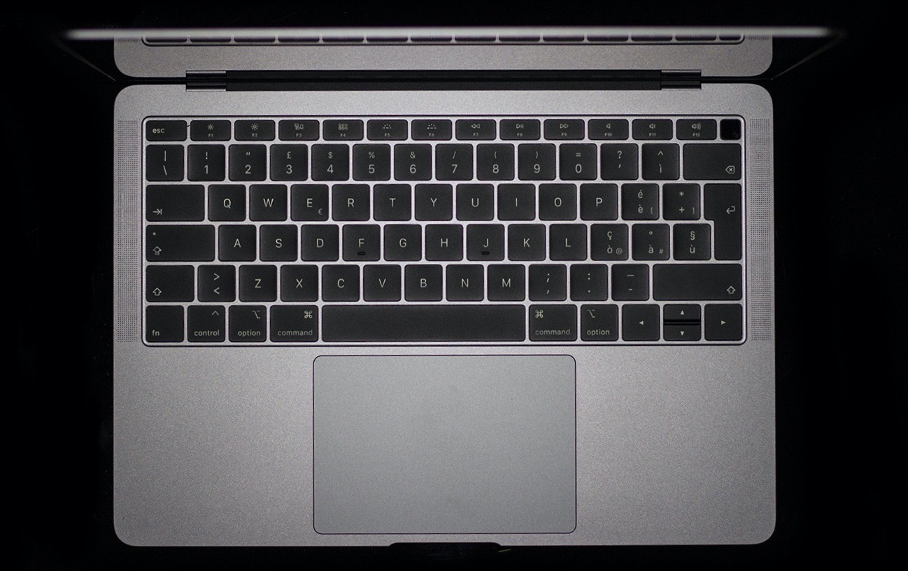 MacBook Air sfondo nero